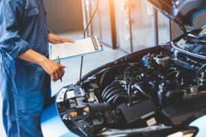 meccanico che analizza un'auto per evitare difetti di conformità